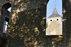 Blick durchs Kirchenfenster